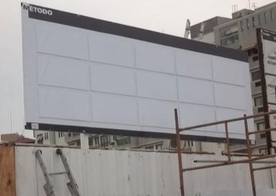Placa de obra com adesivo